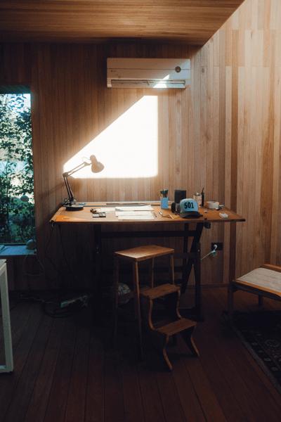 Oficina en casa con luz natural