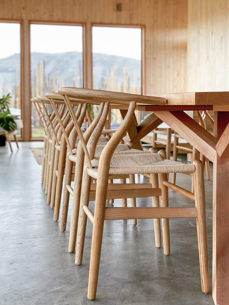 El hotel tanto por dentro como por fuera ha sido construido de forma sostenible con madera de Lenga.