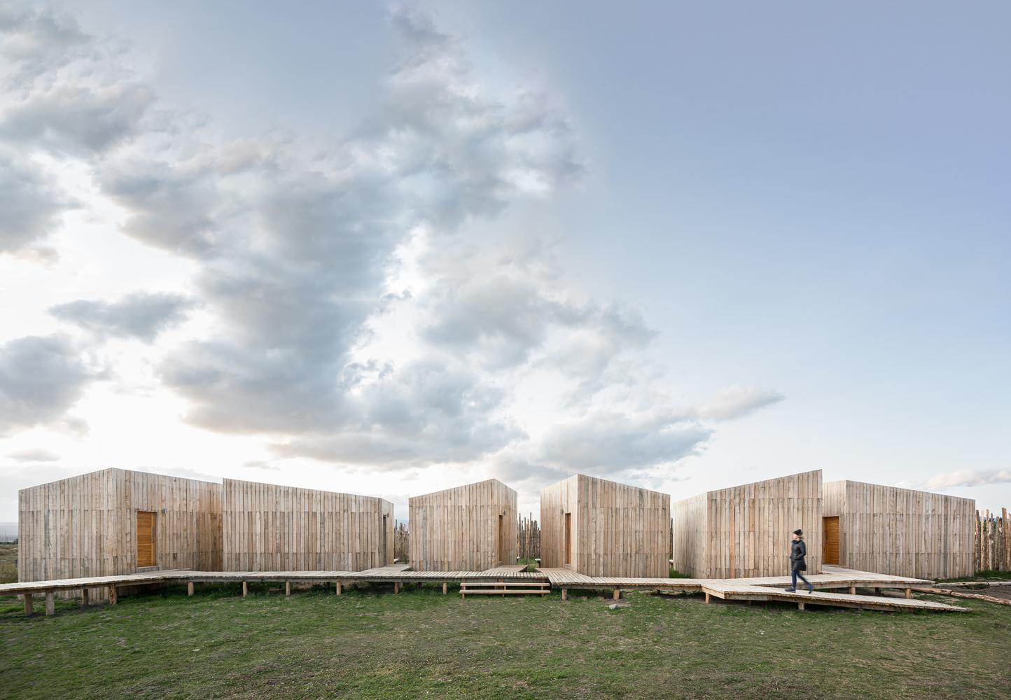 """Vista panorámica del hotel sostenible construido en madera de Lenga """"AKA Patagonia""""."""