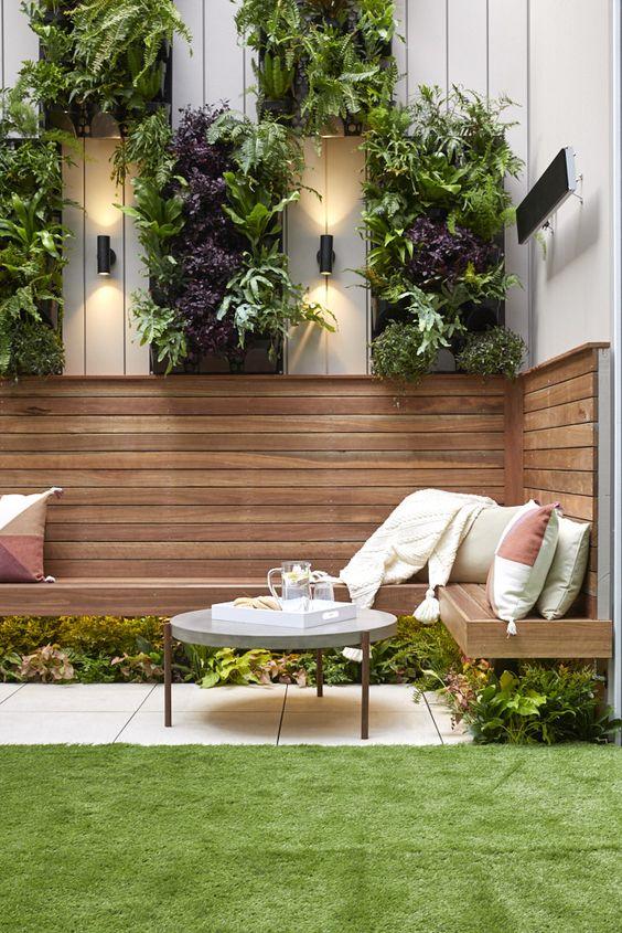 Ejemplo terraza con césped artificial. Adobe Stock